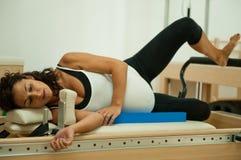 执行pilates的怀孕的夫人 免版税图库摄影