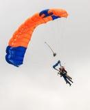 执行skydiving的跳伞运动员与降伞 图库摄影