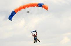 执行skydiving的跳伞运动员与降伞 库存照片