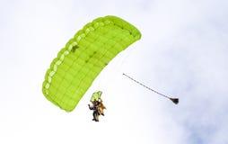 执行skydiving的跳伞运动员与降伞 免版税库存照片