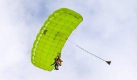执行skydiving的跳伞运动员与降伞 免版税图库摄影