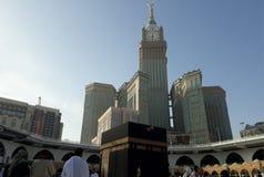 执行tawaf的穆斯林在圣洁Kaabah早晨 当执行祷告时,穆斯林面对圣堂的方向 图库摄影