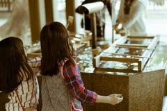 执行Temizu的小日本女孩在著名明治神宫在东京,日本 库存照片