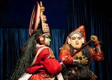 执行tradititional Kathakali舞蹈戏曲的印地安演员 免版税图库摄影