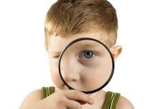 扩大化玻璃的孩子使用 免版税图库摄影