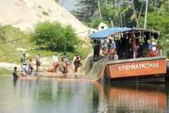 扩大在小船的渔夫一个捕鱼网 免版税库存图片