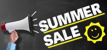 扩音机或手提式扬声机反对黑板有文本夏天销售和微笑的太阳象的 库存照片