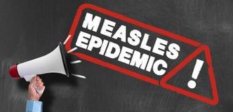 扩音机或手提式扬声机反对黑板有麻疹流行性警报信号的 免版税库存照片