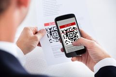 扫描条形码的商人 免版税库存图片