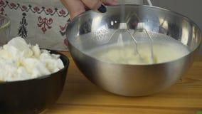 扫蛋白和加糖 做糕点面团 做与buttercream装填和被磨碎的巧克力的奶油蛋糕 股票录像