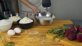 扫蛋白和加糖 做糕点面团 做与buttercream装填和被磨碎的巧克力的奶油蛋糕 影视素材