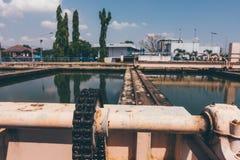 扫除机大链子在水处理厂沉淀 库存图片