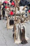 扬博尔,保加利亚- 2017年2月26日-化妆节日Kukerlandia -化妆舞会比赛和哑剧演员国际节日  库存图片