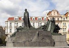 扬・胡斯的纪念碑在老镇中心 布拉格 cesky捷克krumlov中世纪老共和国城镇视图 图库摄影