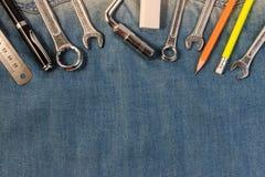 扭动在牛仔布工作者,有工程师工具的A牛仔裤的工具 库存图片