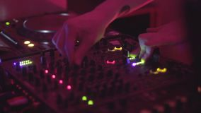 扭捏在DJ转盘的人的手控制,盛肉盘转动 影视素材