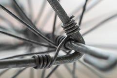 扭转为轮子的金属线宏观特写镜头 免版税库存图片