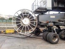 扭转入海湾水管 在举的起重机的轮子支持 口岸设备 库存图片