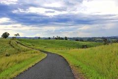 扭转在山的沥青窄路 免版税图库摄影
