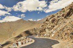 扭转在沙漠山的路 免版税库存图片