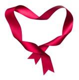 从扭转的丝绸丝带的红色心脏形状框架 免版税库存图片