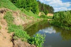 扭转的河的陡峭的海岸 库存照片