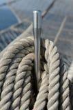 扭转的绳索。 在帆船上的设备。 库存图片
