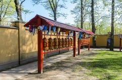 扭转datsan菩萨的寺庙的忠实的佛教徒儒家的佛经和祷告 免版税图库摄影