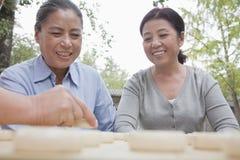 扮演中国跳棋的小组成熟妇女 免版税库存照片