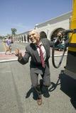 扮演乔治W的演员 在美国独立纪念日游行期间,布什抽的气体到发嗡嗡声的东西里车辆制造它的方式下来大街 免版税库存图片