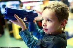 扮演射击者的孩子 免版税图库摄影