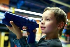 扮演射击者的男孩 免版税库存照片