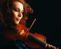 扮演小提琴手音乐家的小提琴 库存图片