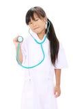 扮演护士的小亚裔女孩 免版税库存图片