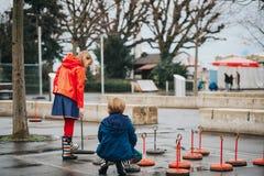 扮演操场的小组两个孩子巨型验查员 免版税库存照片