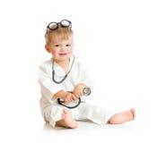 扮演有听诊器和镜片的孩子医生 库存图片