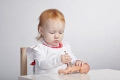 扮演有玩偶的女孩医生 库存照片