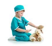 扮演有玩具的孩子医生 免版税图库摄影