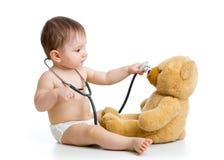 扮演有玩具的男婴医生 免版税库存图片