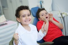 扮演牙医在牙齿办公室 库存图片