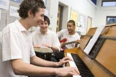 扮演男小学生的仪器音乐会 免版税库存照片