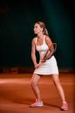 扮演运动员的室内网球场 免版税图库摄影