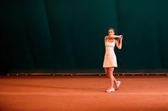 扮演运动员的室内网球场 库存图片