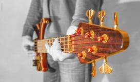 扮演音乐家的低音吉他 免版税库存图片