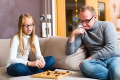 扮演验查员的父亲和女儿 免版税库存照片