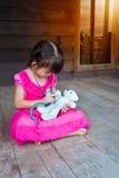 扮演医生或护士有长毛绒玩具熊的可爱的亚裔女孩 免版税库存图片