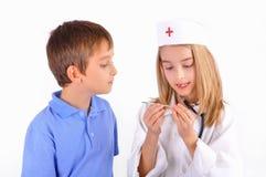 扮演医生的孩子 免版税图库摄影