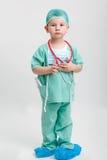 扮演医生的逗人喜爱的微笑的男孩全长画象 不同的职业 查出在白色 免版税库存照片