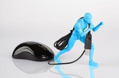 扯拽横跨白色桌的蓝色男性小雕象一只计算机老鼠 图库摄影