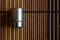 扳手的Torx插口在木背景,板钳插口大小是13 库存照片